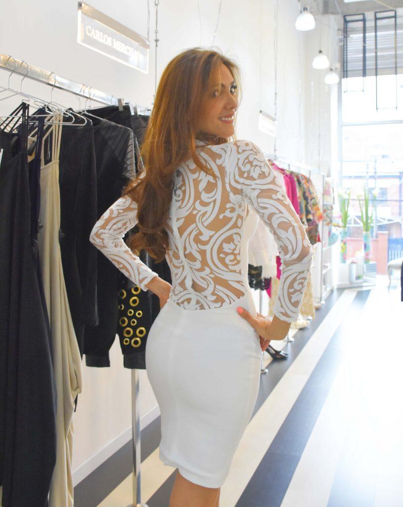Escote en la espalda de este vestido blanco más bien formal
